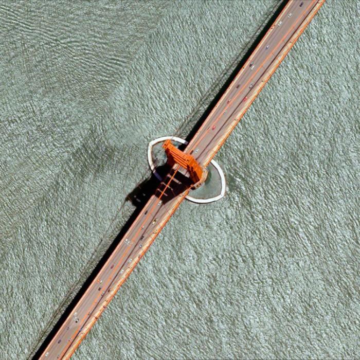 Висячий мост длиной 2,7 километров, который соединяет Сан-Франциско с пригородом Саусалито.