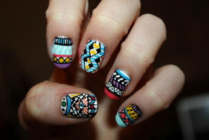 Модные и яркие узоры ацтеков на ногтях.