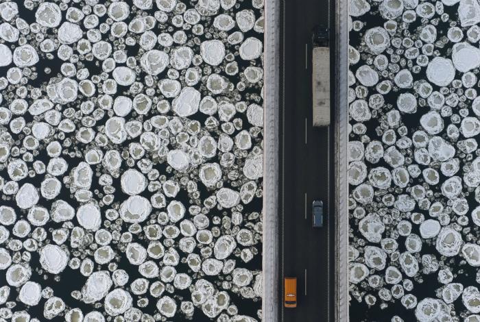 Удивительные рисунки на замерзшей реке.