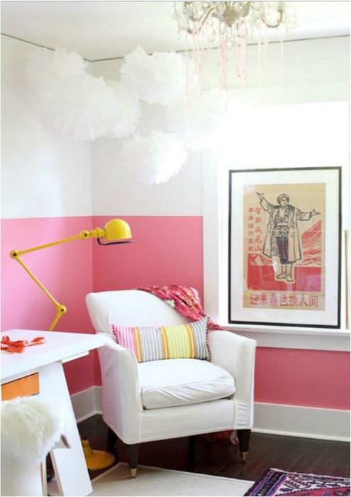 Если покрасить стены в два цвета на две трети высоты, то потолок станет визуально выше.