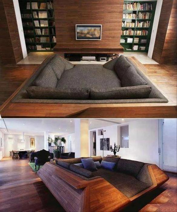 Огромный квадратный диван.