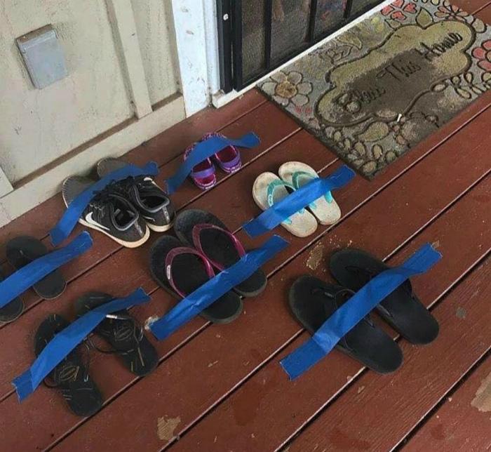 Обувь под защитой синей изоленты. | Фото: Imgur.