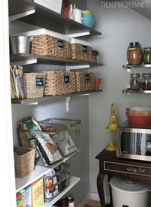 Разместите на верхних полочках плетенные корзины, в которые можно сложить малоиспользуемые вещи.