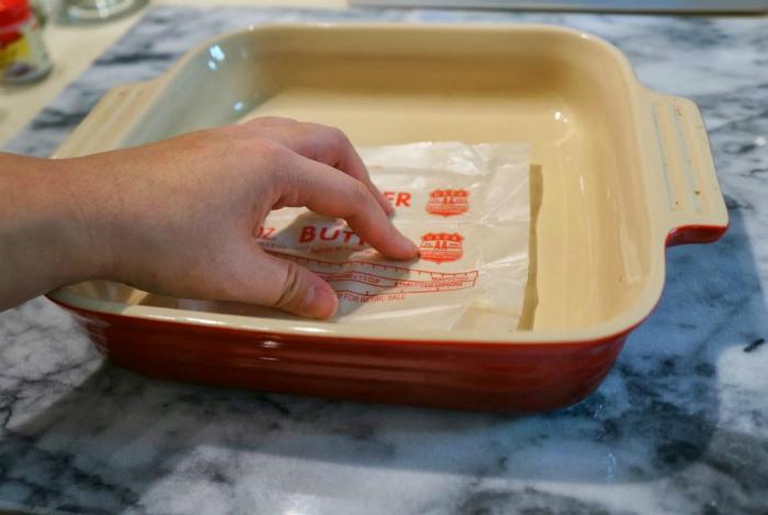 На обертке обычно остается большое количество масла, его можно использовать для смазывания форм для выпечки.
