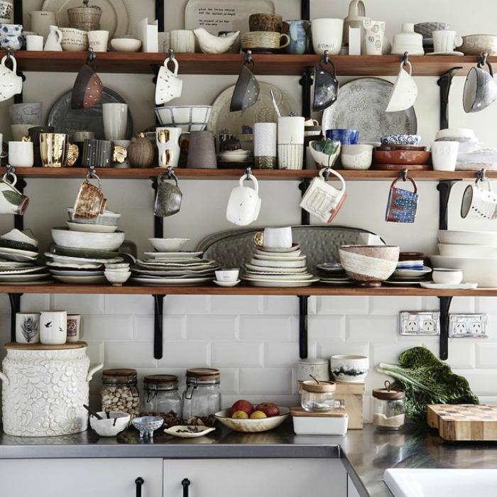 Открытый стеллаж для посуды.