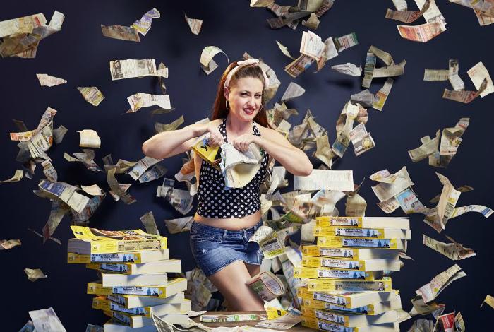 Линси Линдберг попала в Книгу рекордов Гиннесса, порвав наибольшее количество телефонных справочников за минуту.