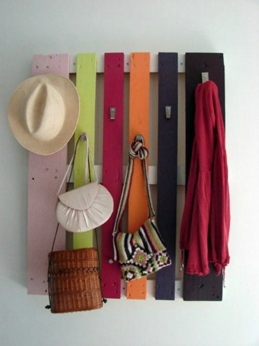 Яркая вешалка из паллет для верхней одежды и головных уборов.