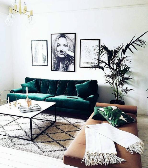 Нейтральная гостиная с диваном изумрудного цвета.