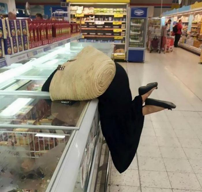 Спрятала голову в холодильник.