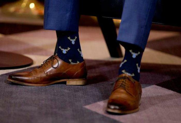 Носки, контрастные цвету обуви.