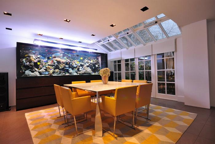 Столовая с большим аквариумом.