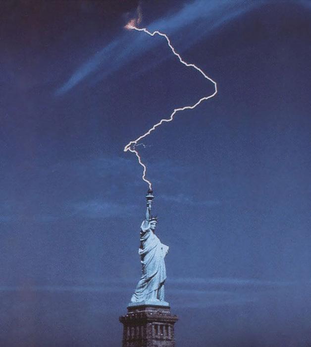 Знаменитая Статуя Свободы в США иногда мечет молнии.