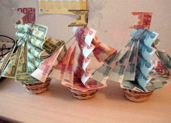 Корабли из денежных купюр.