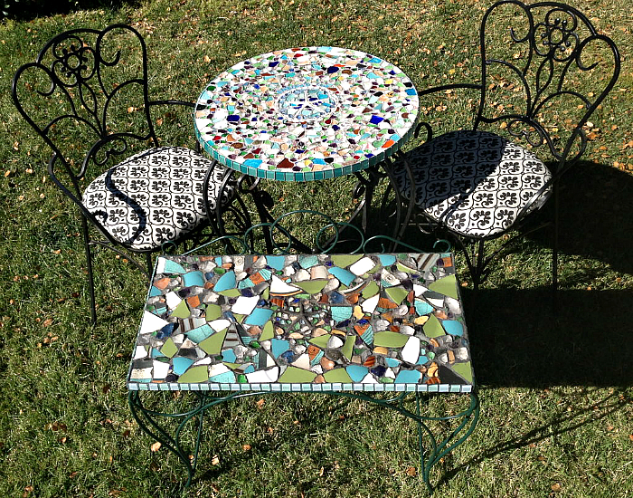 Садовые столики, украшенные мозаикой.