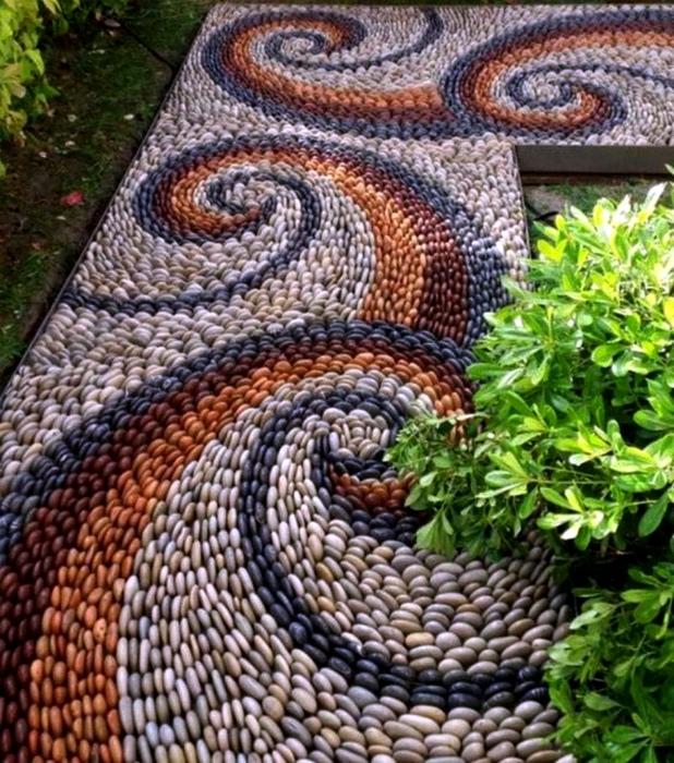 Садовая дорожка из гальки. | Фото: Pinterest.