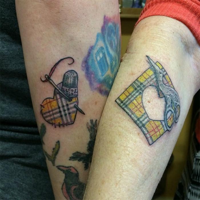 Татуировки с изображениями клочка ткани и сердца на руках у мамы и дочки.