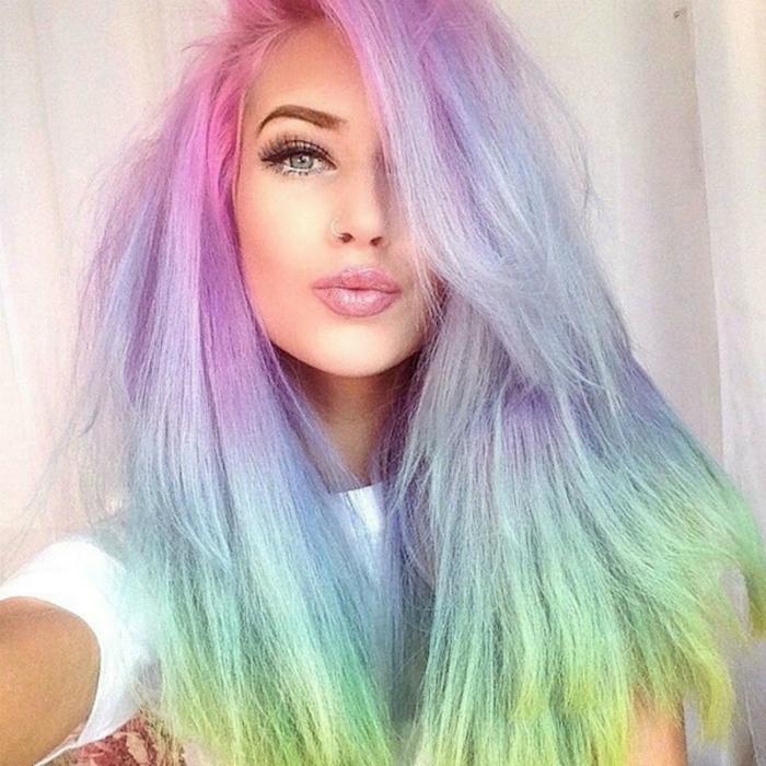 Волосы, окрашенные во все цвета радуги - один из самых модных трендов этой осени.