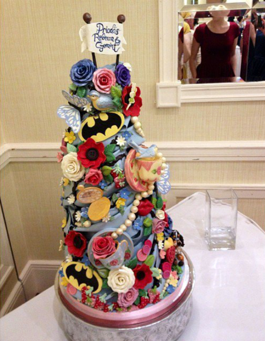 Яркий дизайн свадебного торта.