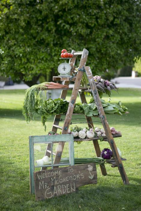 Лестница-стеллаж с овощами и фруктами.