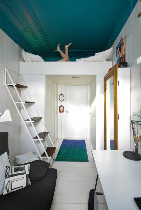 Яркий потолок в интерьере.