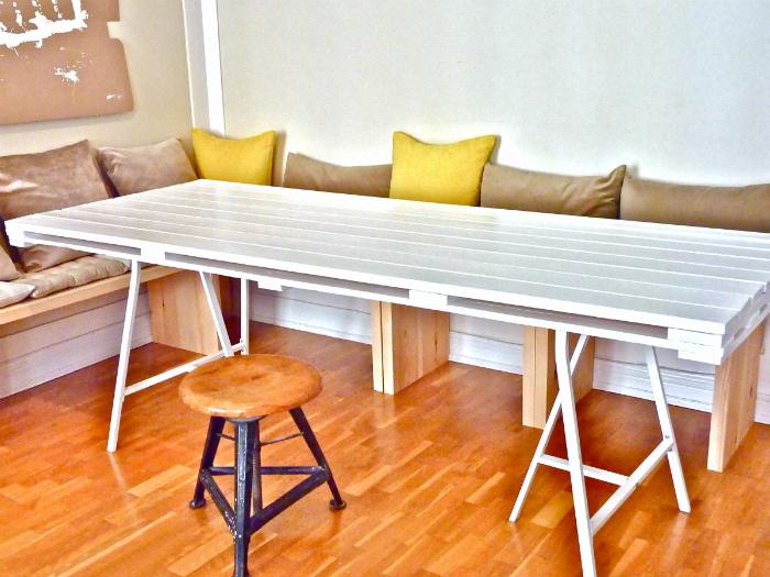 Большой обеденный стол.
