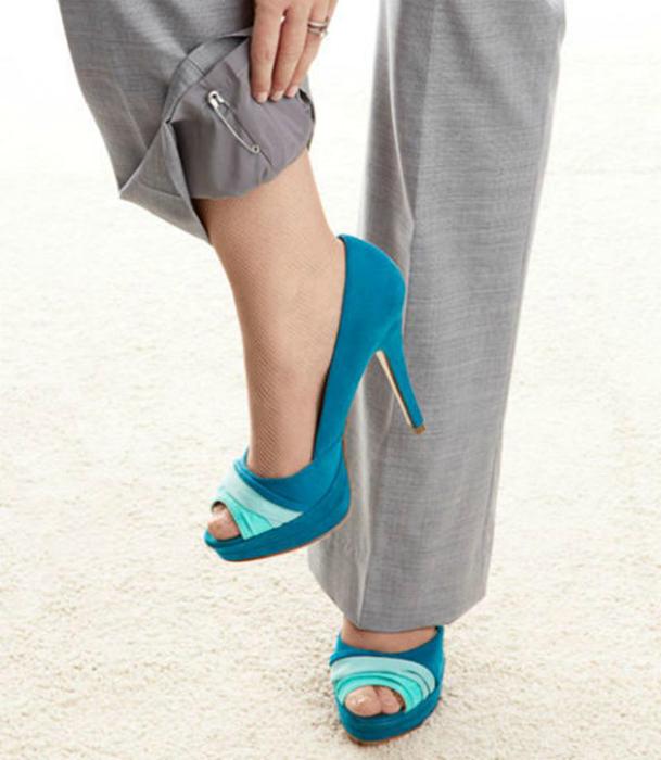 Чтобы брюки не электризовались, приколите булавки на внутренние швы обоих штанин.
