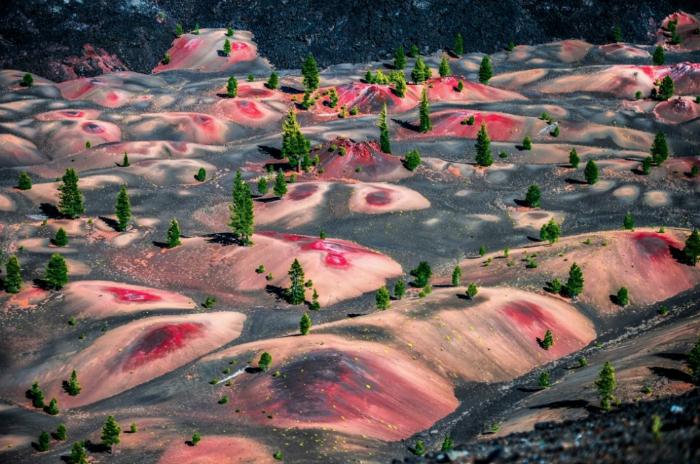 Разноцветные вулканические дюны, расположенные в   национальном парке Лассен-Волканик. США, штат Калифорния.