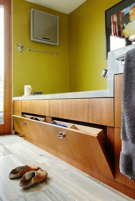 Откидная полка под ванной. | Фото: Pinterest.