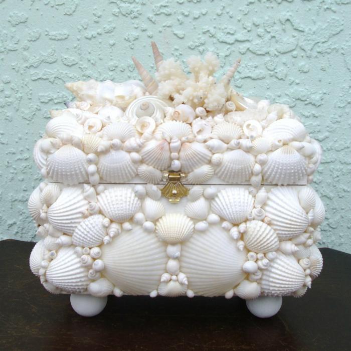 Любая коробочка станет необыкновенной если ее украсить ракушками и блестящими бусинами.