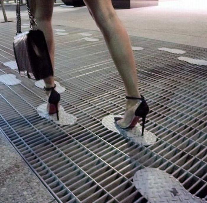 Канализационная решетка со следами. | Фото: Тролльно.