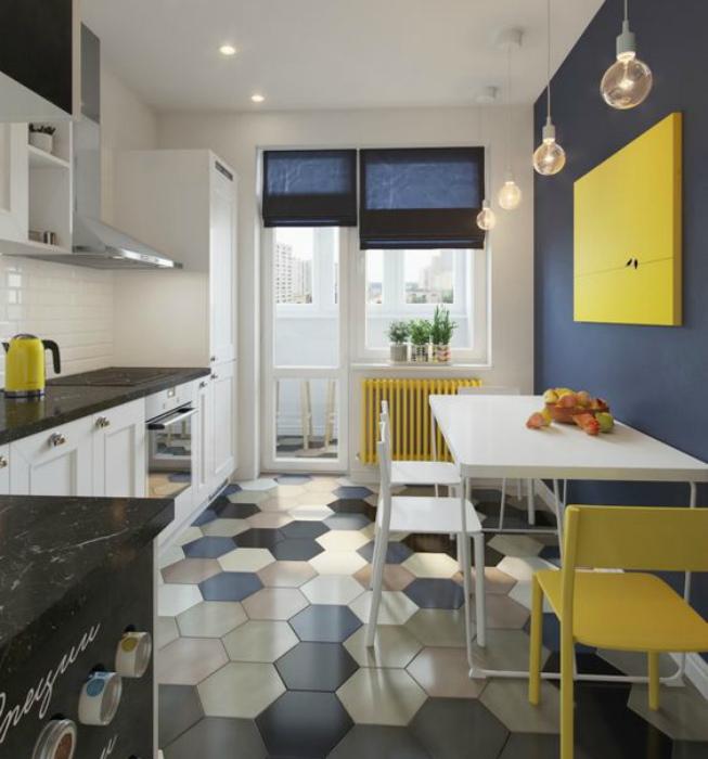 Светлая кухня с синими и желтыми деталями.