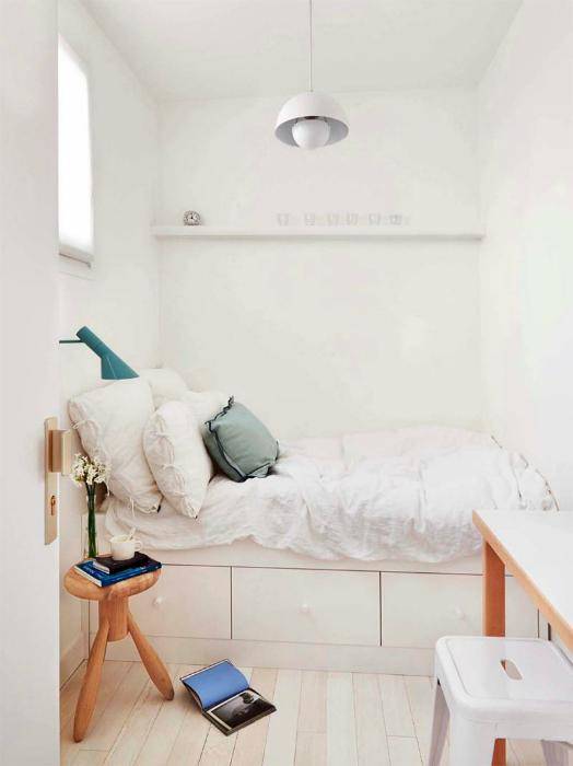 Рабочее место в маленькой спальни.