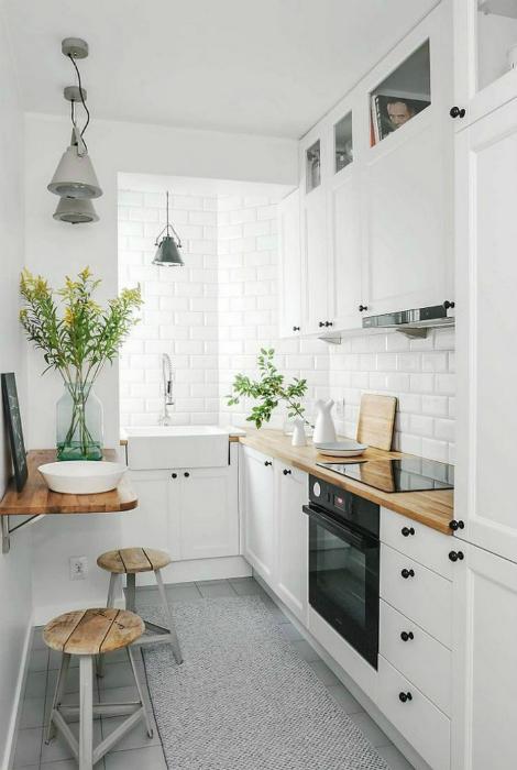 Белая кухня с деревянными деталями.