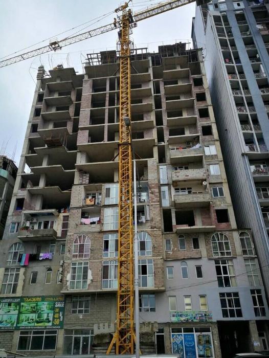 Кажется, жильцов первых этажей ничего не смущает... | Фото: Комсомольской правде – Тюмень - Комсомольская правда.