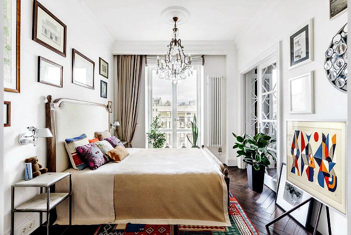 Светлая спальня с картинами.