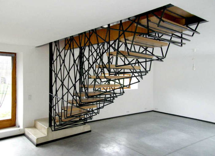 Компактная лестница с замысловатой конструкцией.