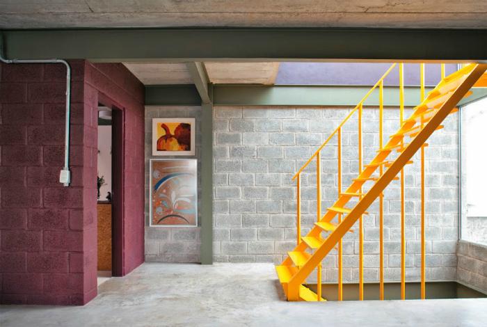 Насыщенно желтая лестница.