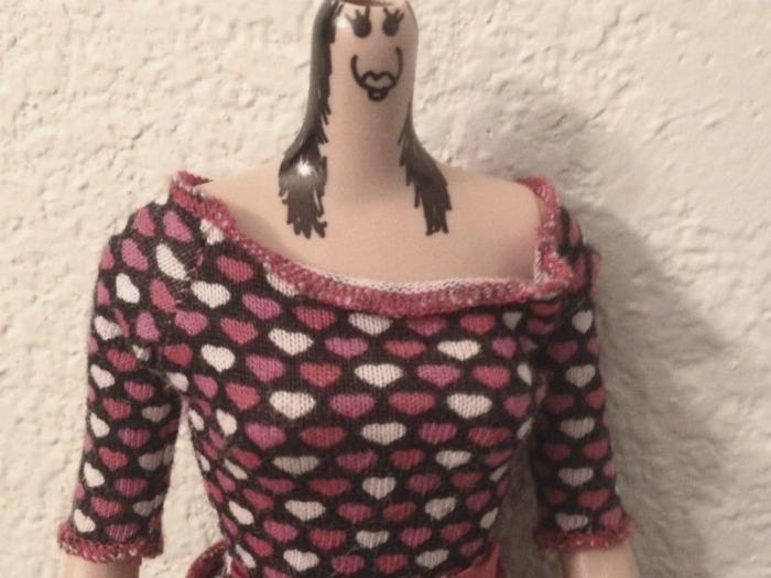 Ну, на фоне этого манекена, свитер выглядит просто шикарно.