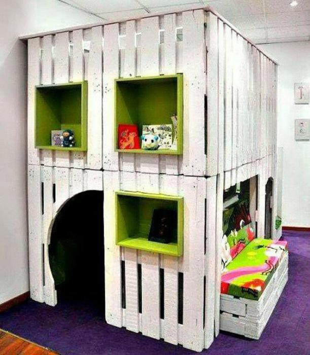 Игровой домик с диваном. | Фото: Pinterest.
