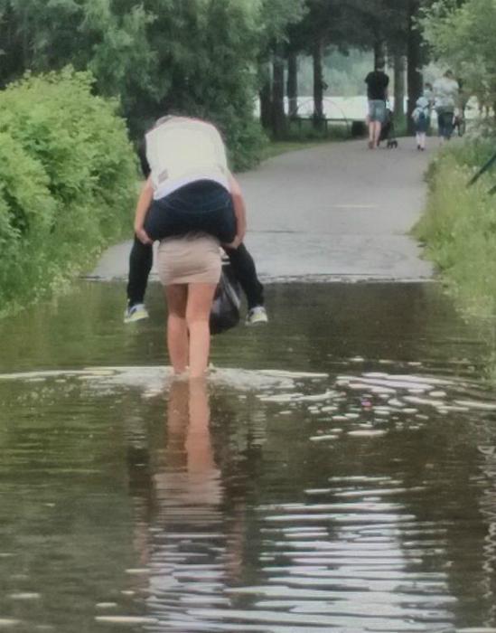 Ну не могла же она, в самом деле, дать ему замочить ноги!?
