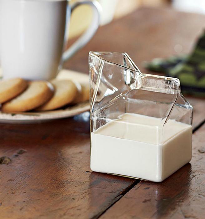 Стеклянный кувшин из молока.