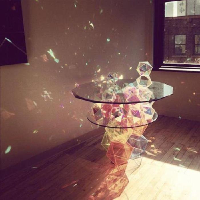 Кофейный столик из множества кристаллов, которые создают волшебные блики.