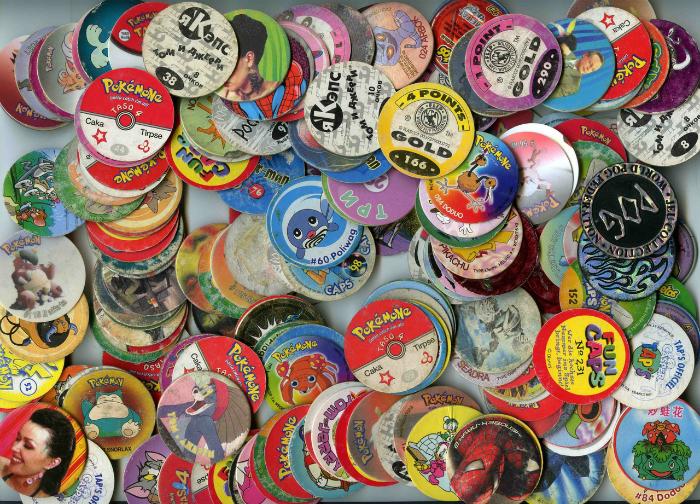 Коллекция фишек с изображениями разных персонажей.