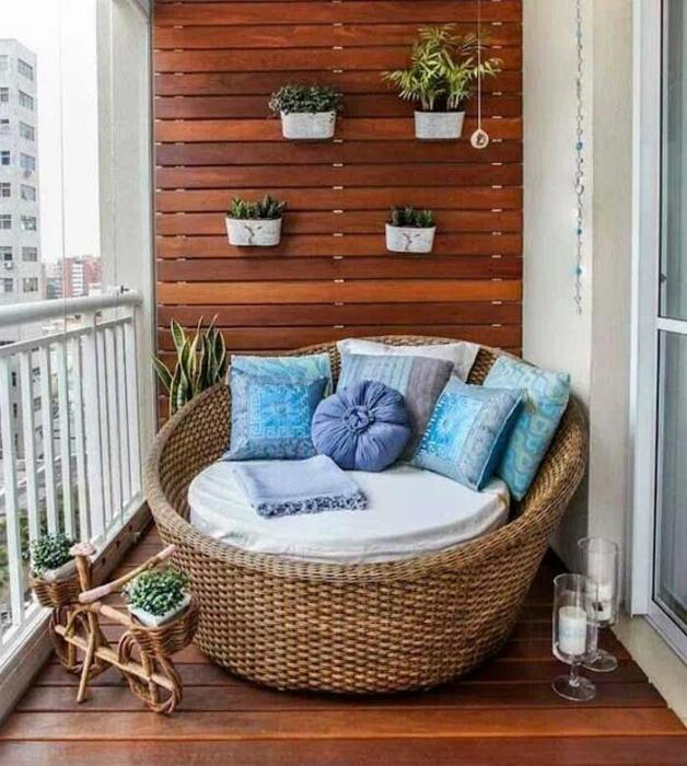 Маленький балкон в стиле прованс.