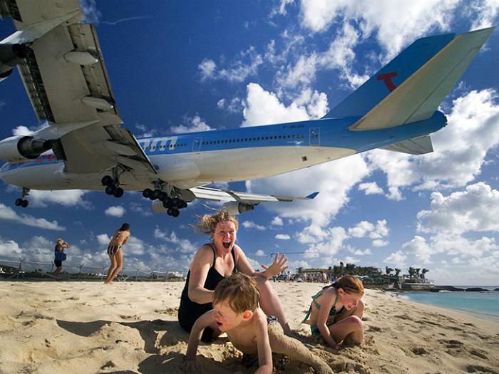 Пляж возле аэропорта.