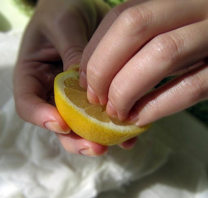 Очистить кожу рук от запахов.