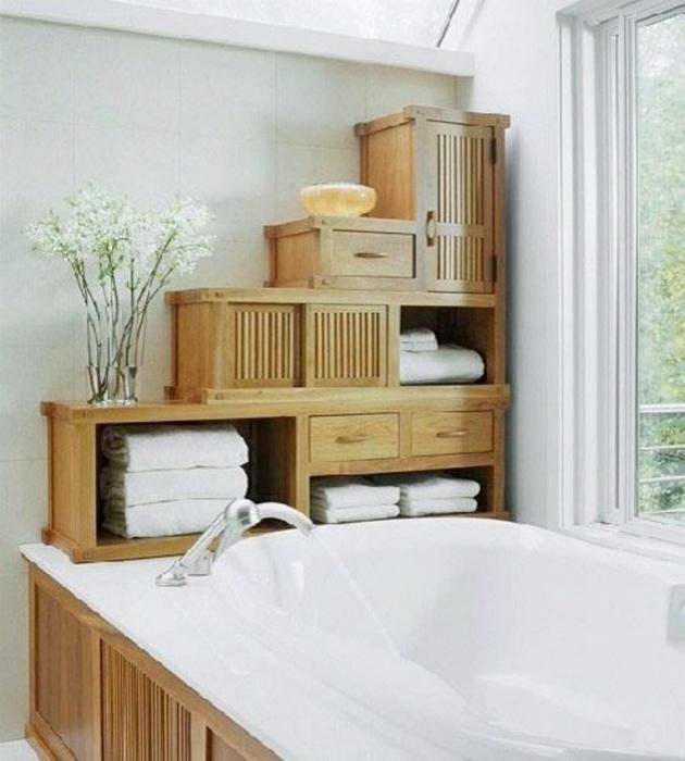 Деревянный стеллаж над ванной. | Фото: ReRooms.