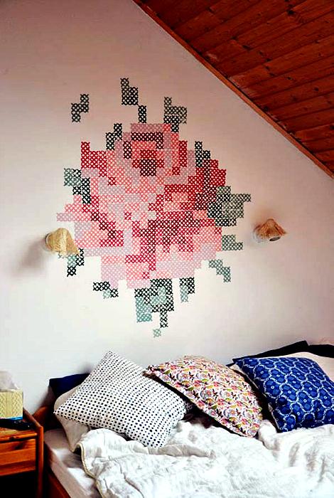 Вышитый рисунок на стене.