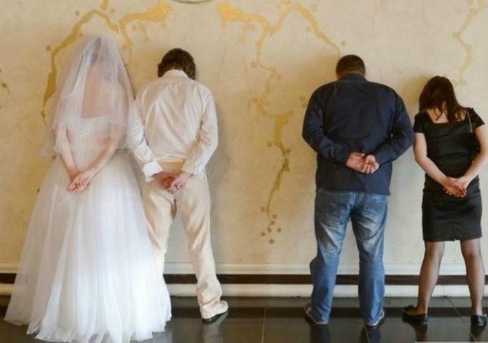 Этот снимок станет изюминкой свадебного альбома.