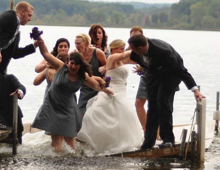 Уникальный момент - мост сломался под ногами невесты и ее подружек.